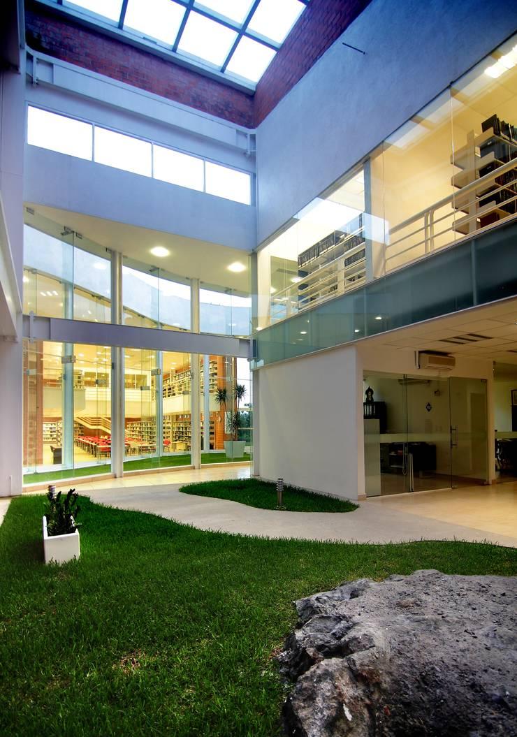 Biblioteca Central: Jardines de estilo  por REC Arquitectura , Moderno