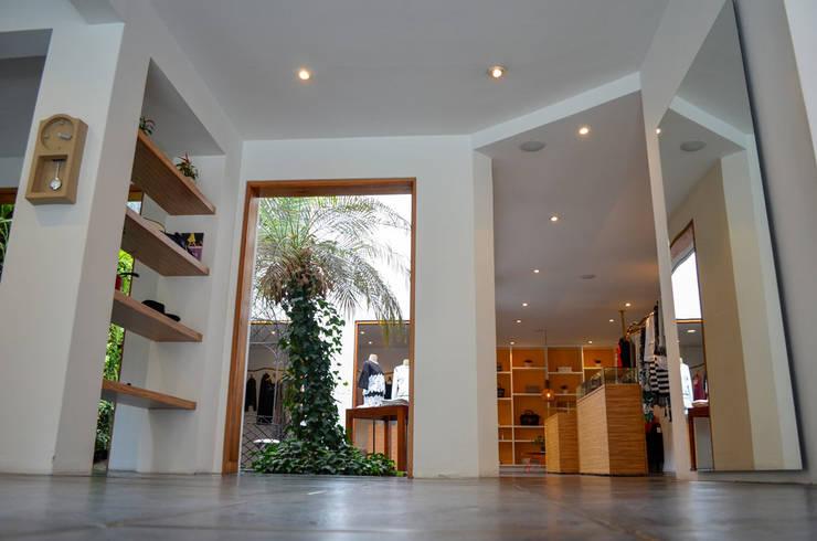 Прихожая, коридор и лестницы в . Автор – Guzman Studio,