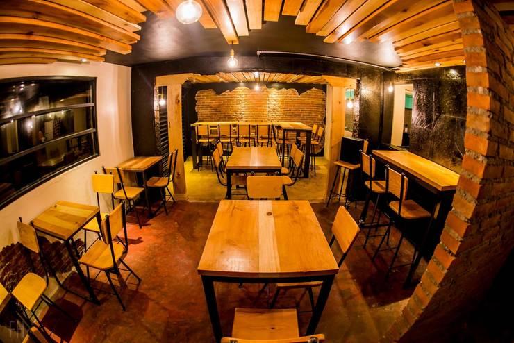 Zona de comensales.:  de estilo industrial por Esse Studio, Industrial Madera Acabado en madera