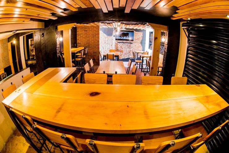 Zona de comensales (Barra).:  de estilo industrial por Esse Studio, Industrial Madera Acabado en madera
