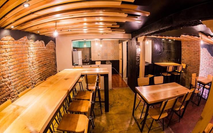 Zona de Comensales (Barra, al fondo la cocina).:  de estilo industrial por Esse Studio, Industrial Madera Acabado en madera