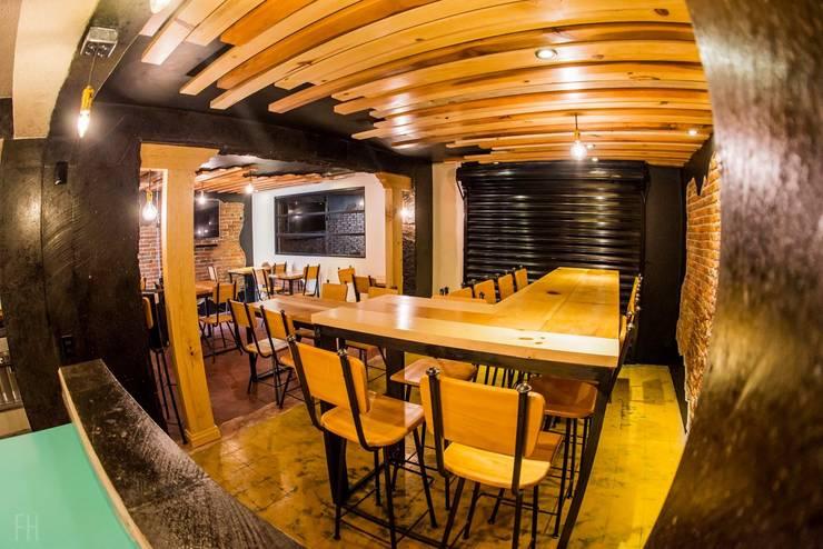Zona de Comensales (Vista desde la cocina).:  de estilo industrial por Esse Studio, Industrial Madera Acabado en madera