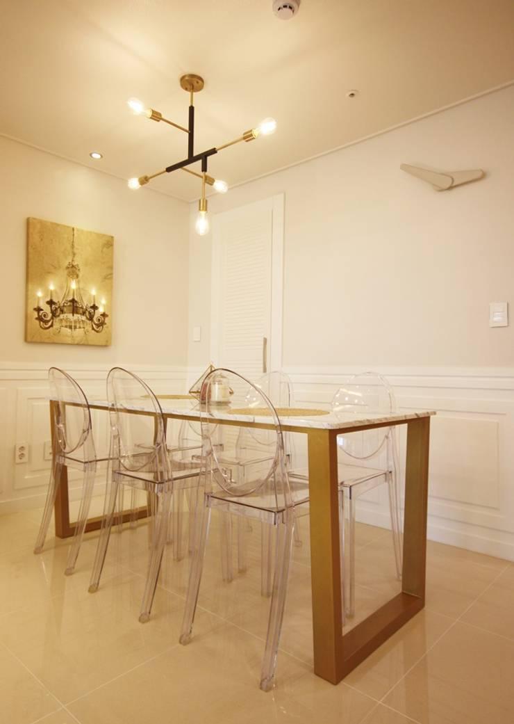 [홈라떼] 화사하고 블링블링한 30평대 홈스타일링: homelatte의  다이닝 룸