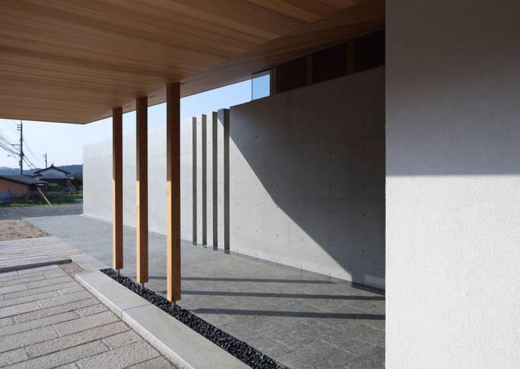 小石原の家: 森裕建築設計事務所 / Mori Architect Officeが手掛けた廊下 & 玄関です。