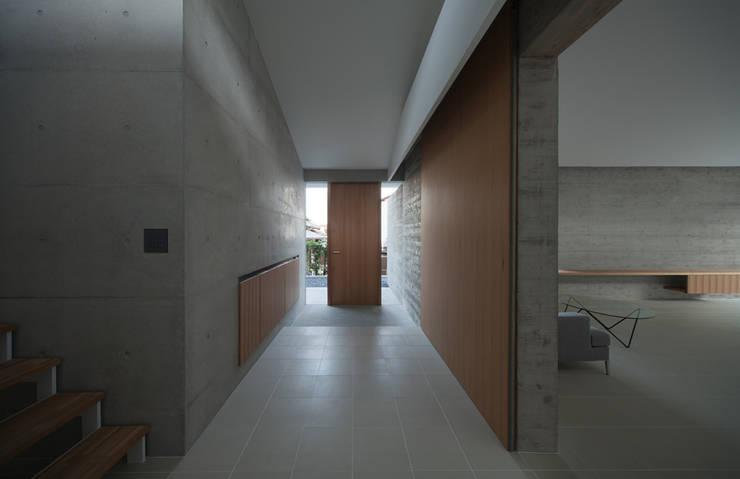 小笹の家: 森裕建築設計事務所 / Mori Architect Officeが手掛けた廊下 & 玄関です。