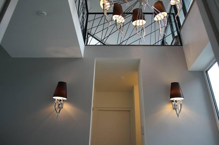 Koridor dan lorong oleh Architectenbureau Jules Zwijsen, Modern