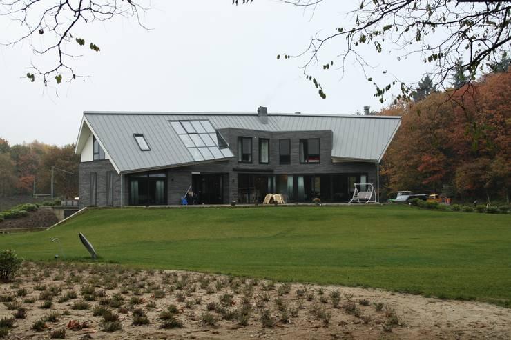 Modern Landhuis:  Huizen door Architectenbureau Jules Zwijsen, Modern