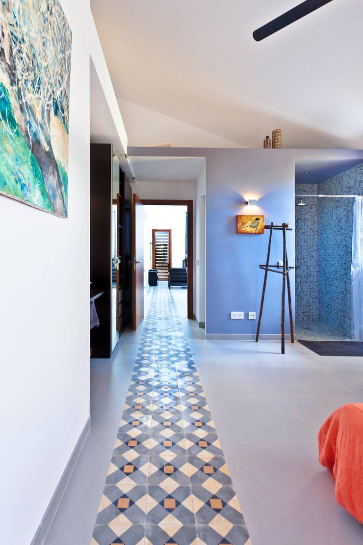 Single family house in Moscari:  Corridor & hallway by Tono Vila Architecture & Design