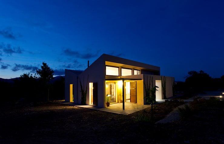 Single family house in Moscari:  Houses by Tono Vila Architecture & Design