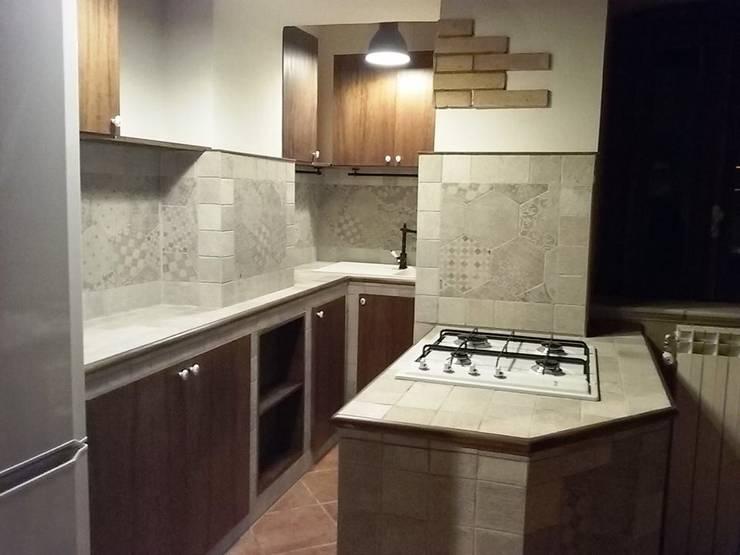 """Una """"grande"""" cucina in un piccolo spazio!: Cucina in stile  di T.A. arredo_arredamento su misura"""