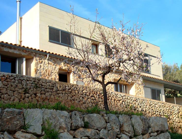 Refurbishment of existing house en Genova:  Houses by Tono Vila Architecture & Design