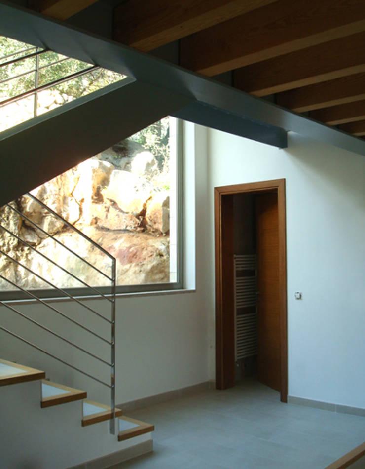 Refurbishment of existing house en Genova:  Corridor & hallway by Tono Vila Architecture & Design