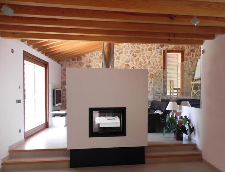Refurbishment of existing house en Genova:  Living room by Tono Vila Architecture & Design
