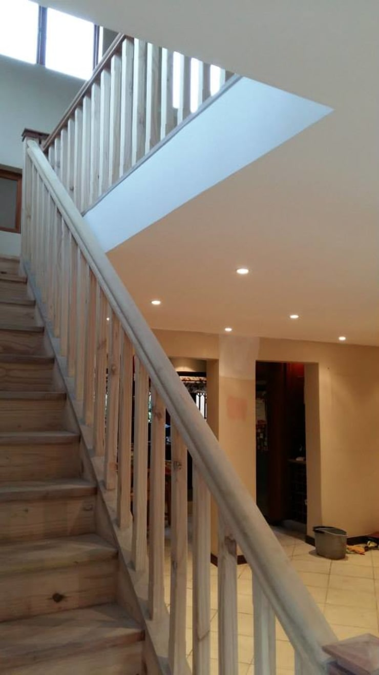 Mezzanine floor, staircase and balustrade:  Bedroom by Loftspace