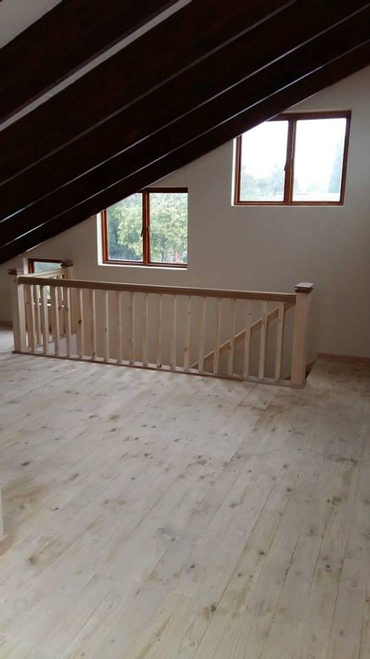 Mezzanine floor, staircase and balustrade:  Bathroom by Loftspace
