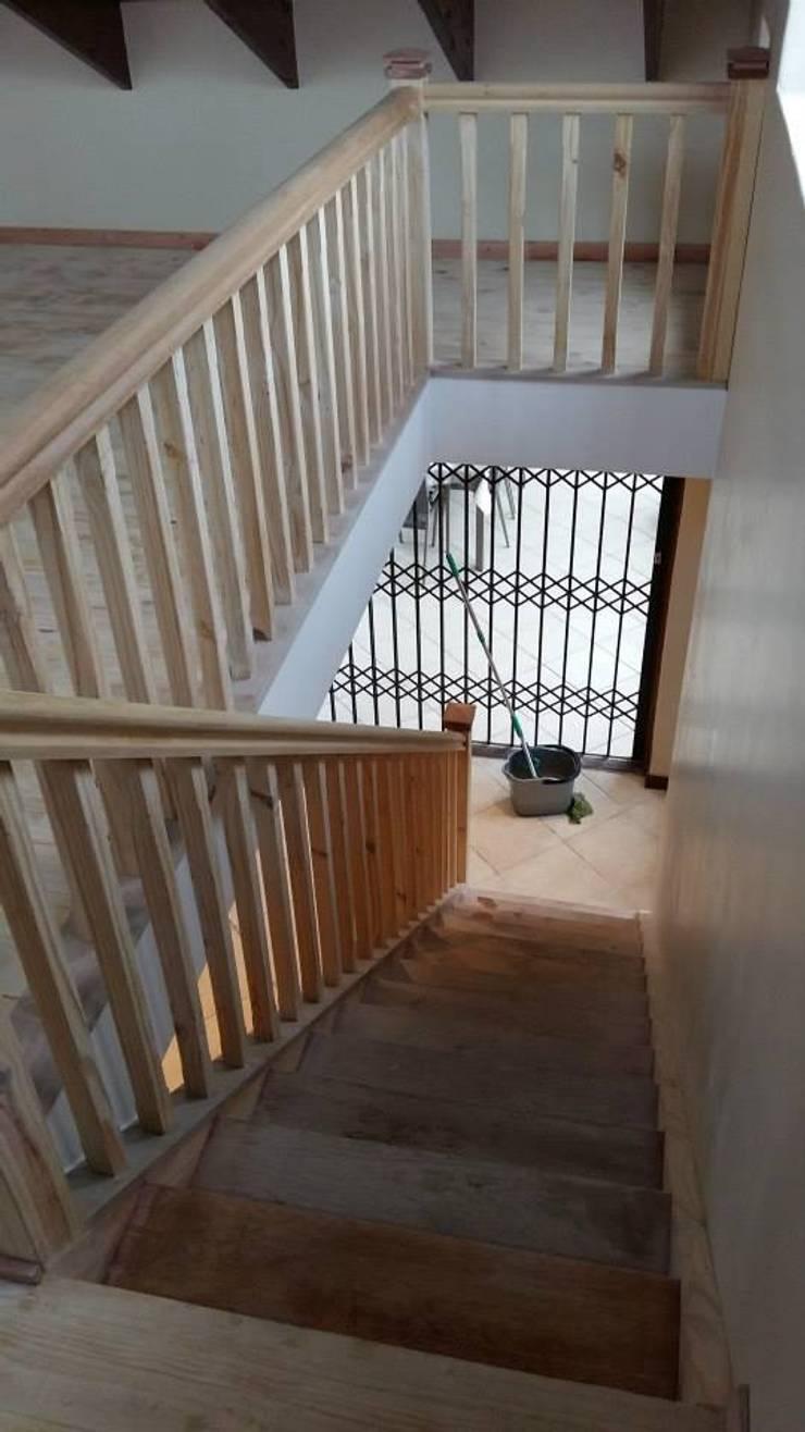 Mezzanine floor, staircase and balustrade:  Corridor & hallway by Loftspace