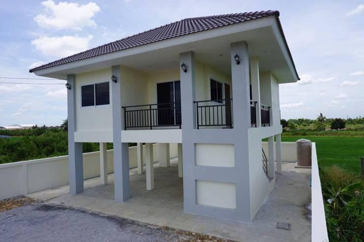 บ้านชั้นเดียวยกพื้นสูง แบบไทยประยุกต์กึ่งโมเดิร์น <q>แบบบ้านอิทธิกร 7</q>:   by บริษัท อิทธิกร การช่าง จำกัด
