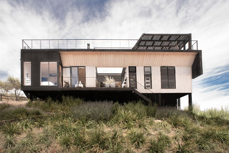 The Folding House: Casas de estilo  por B+V Arquitectos
