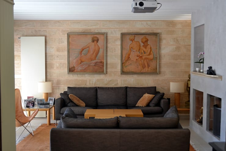 """<q class=""""-first"""">Ca Nostra</q> single family house and swimming pool:  Living room by Tono Vila Architecture & Design"""