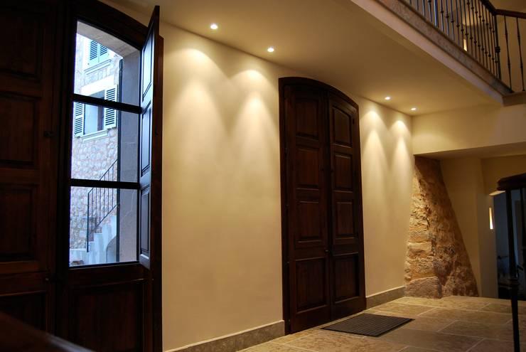 Refurbishment of existing house in Soller:  Corridor & hallway by Tono Vila Architecture & Design
