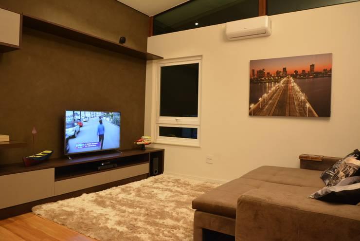 غرفة الميديا تنفيذ Caio Pelisson - Arquitetura e Design