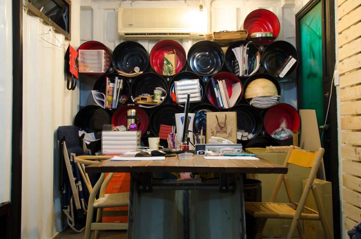 貨櫃辦公室:  書房/辦公室 by 王家建築師事務所