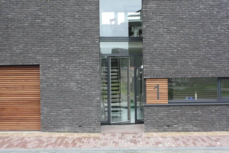 Pasillos y recibidores de estilo  por Architectenbureau Jules Zwijsen , Moderno
