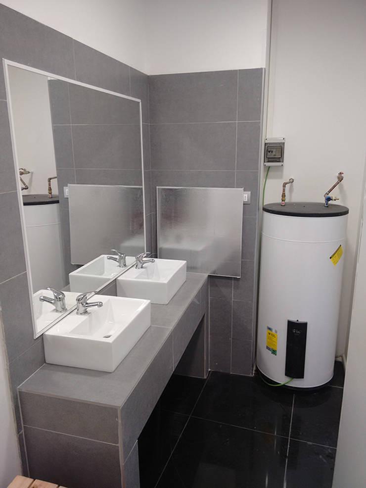 VIsta interior baños: Estadios de estilo  por DIMA Arquitectura y Construcción