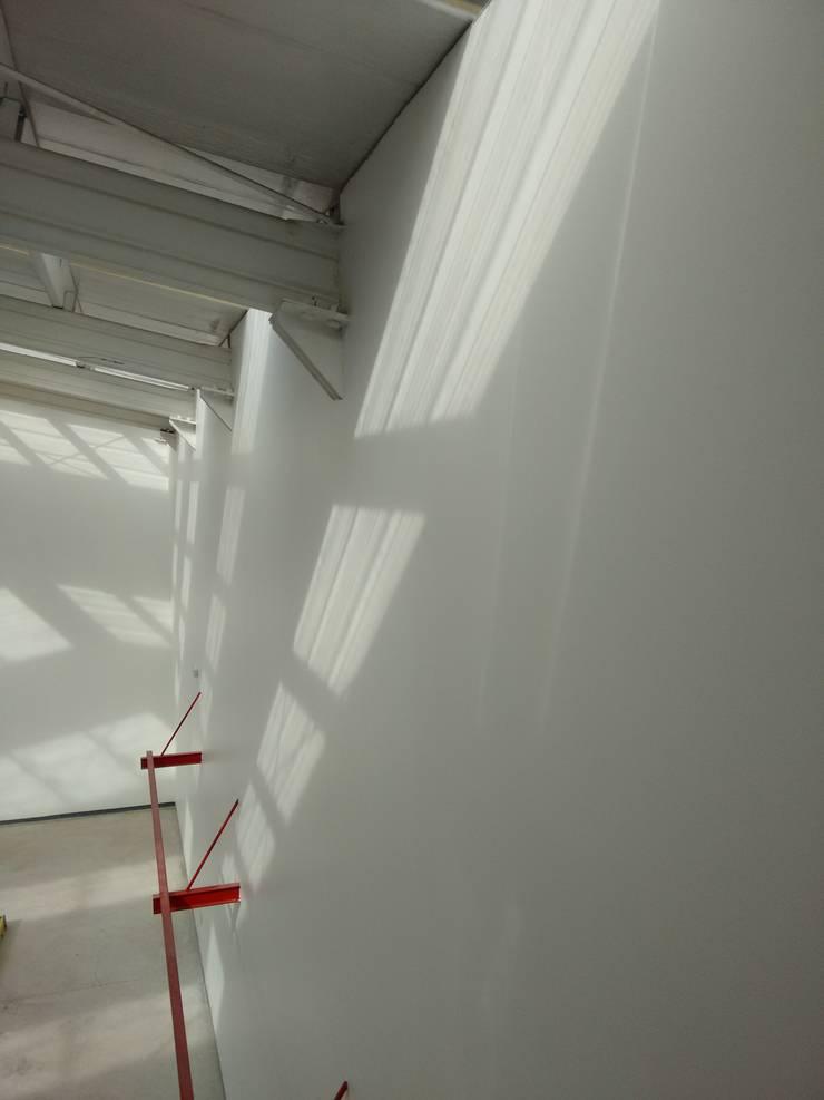 Vista interior-Detalle estructura y entrada de luz: Estadios de estilo  por DIMA Arquitectura y Construcción