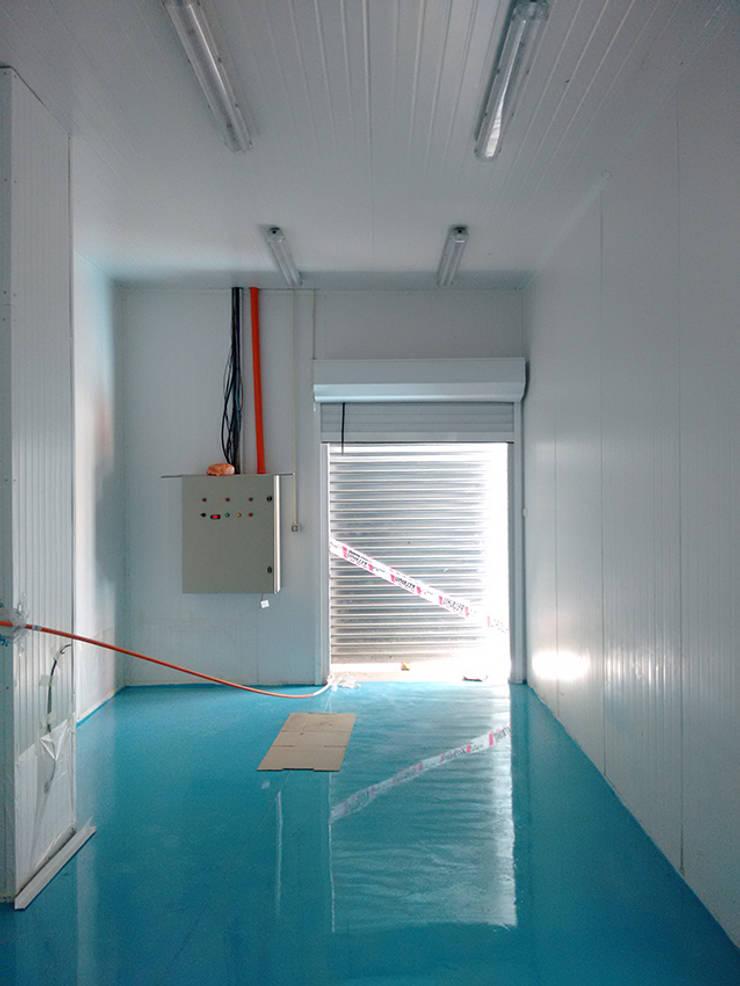 Vista interior-Cámaras de frio con piso epóxico: Oficinas y Comercios de estilo  por DIMA Arquitectura y Construcción
