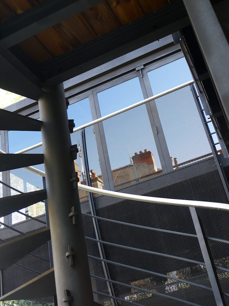 Casas estilo moderno: ideas, arquitectura e imágenes de Vincent Athias Architecte DPLG Moderno Hierro/Acero