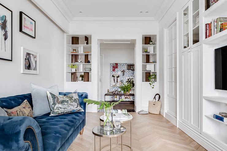 法式居所/ The French Charm:  客廳 by 爾聲空間設計有限公司