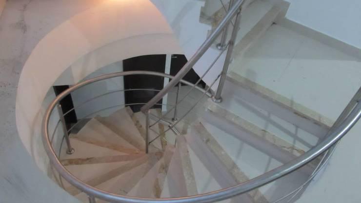 Final escalera: Pasillos y vestíbulos de estilo  por Grupo Moix SAS