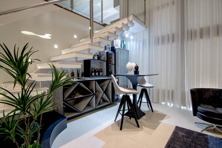 Escada Bar Bistrô: Adega  por Sgabello Interiores