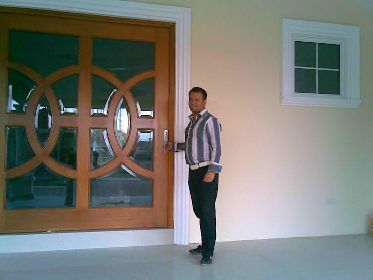 casa F8: Puertas de madera de estilo  por SG Huerta Arquitecto Cancun , Clásico Madera Acabado en madera