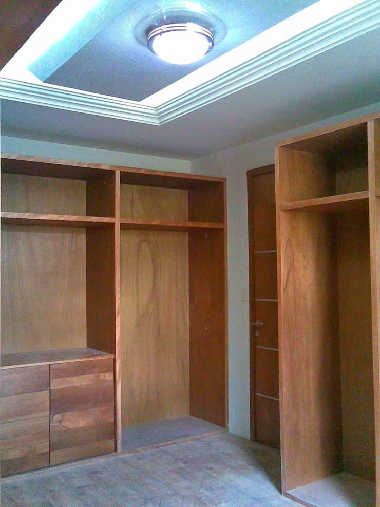 CASA F8: Vestidores y closets de estilo  por SG Huerta Arquitecto Cancun , Moderno Madera Acabado en madera