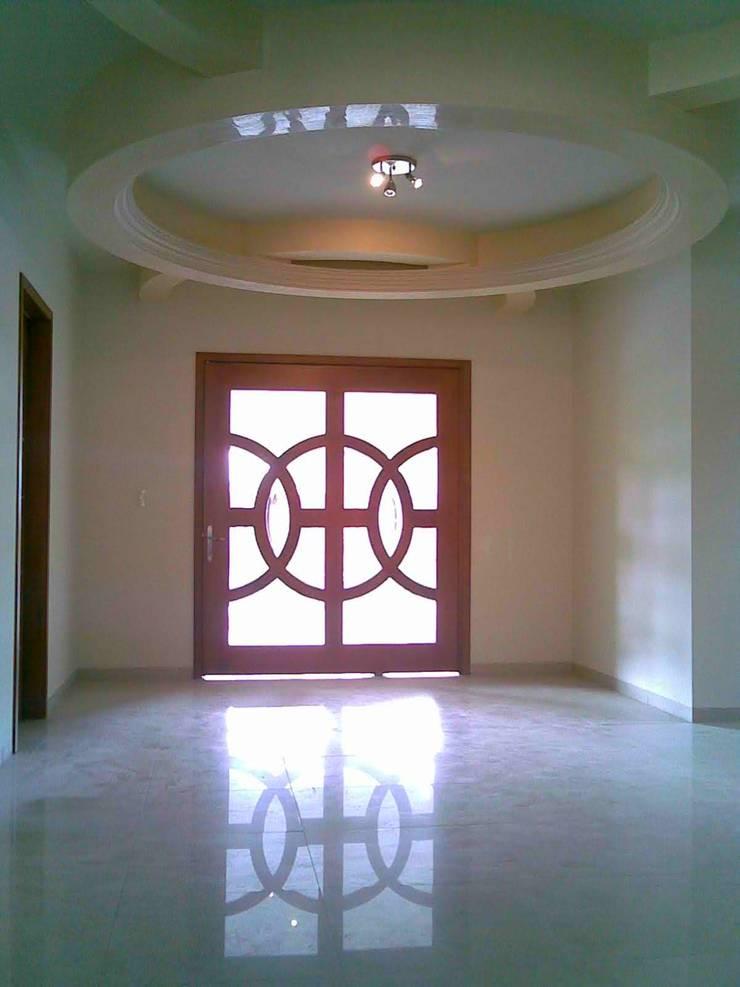 CASA F8 : Puertas de madera de estilo  por SG Huerta Arquitecto Cancun , Clásico Madera Acabado en madera