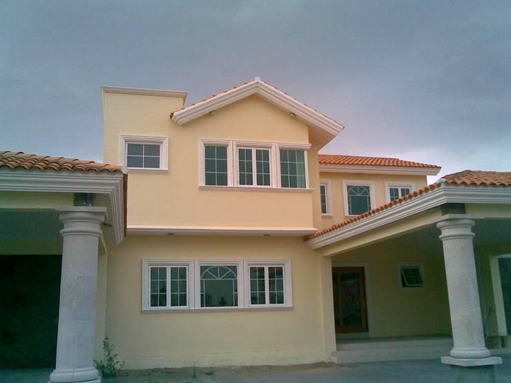 CASA F8: Casas unifamiliares de estilo  por SG Huerta Arquitecto Cancun , Clásico Caliza