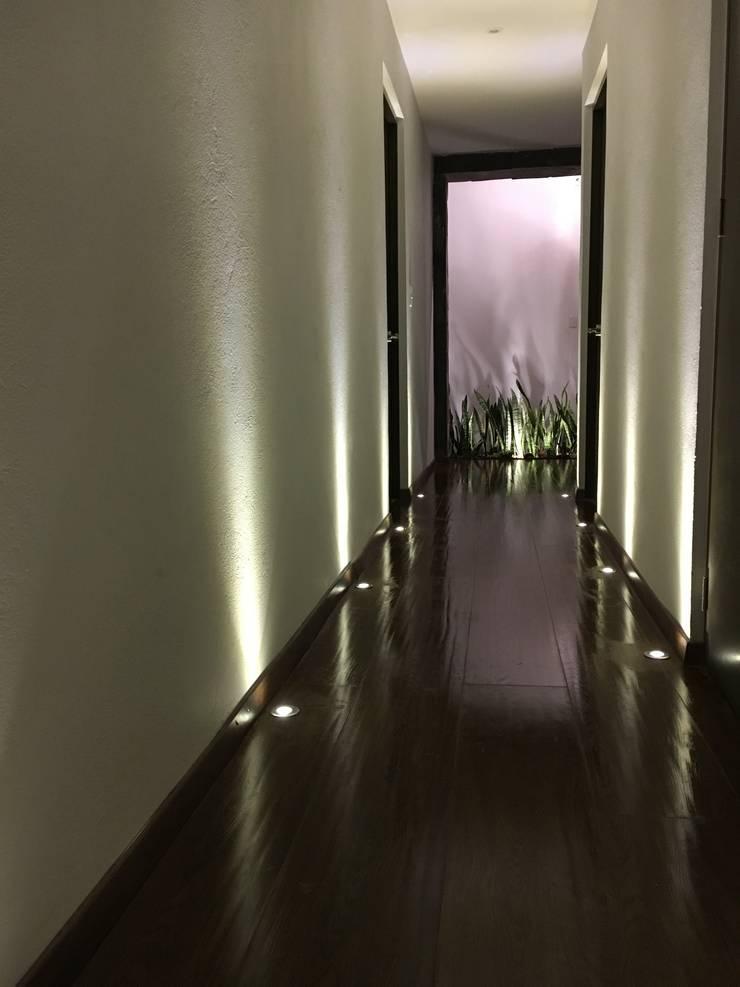 Remodelacion casa Valle Bravo : Pasillos y recibidores de estilo  por Spazio3Design, Moderno Mármol