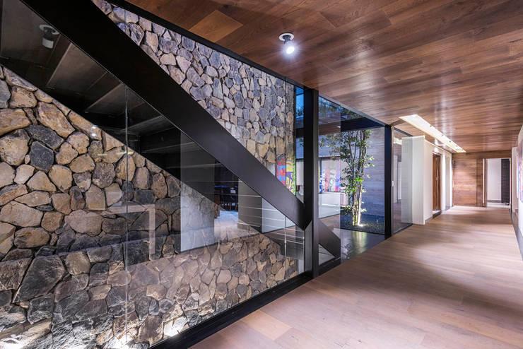 Real de Hacienda III - Sobrado + Ugalde Arquitectos: Pasillos y recibidores de estilo  por Sobrado + Ugalde Arquitectos