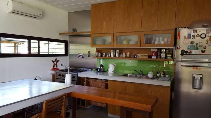 COCINA INTEGRADA AL COMEDOR EN ESTILO INDUSTRIAL: Cocinas de estilo  por ATELIER amoblamientos
