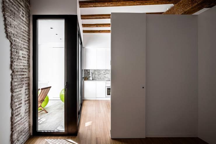 rehabilitación de vivienda en el carmen: Dormitorios de estilo  de versea arquitectura