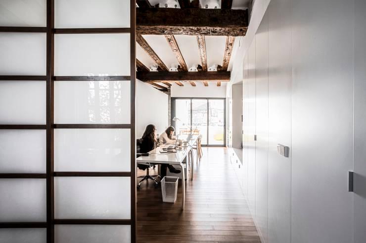 rehabilitación de vivienda en el carmen: Estudios y despachos de estilo  de versea arquitectura