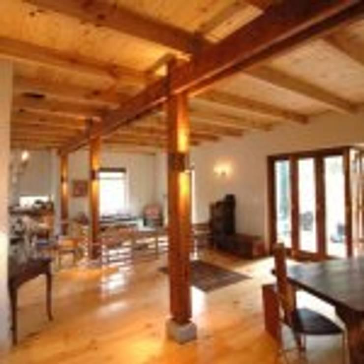 House Samner—Ivey:  Living room by Eco Design Architects, Modern