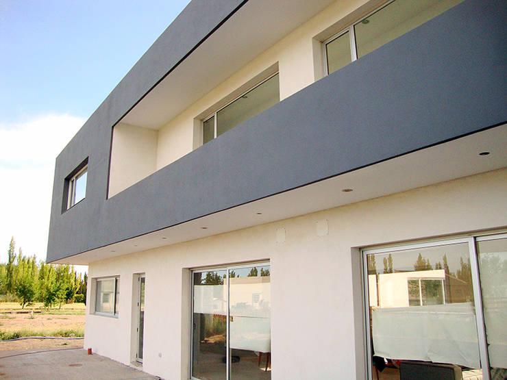 Fachada de frente: Casas de estilo  por Lineasur Arquitectos