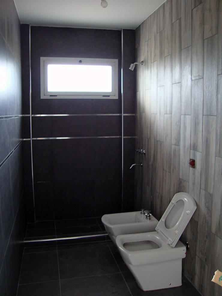 Baño Planta baja: Baños de estilo  por Lineasur Arquitectos