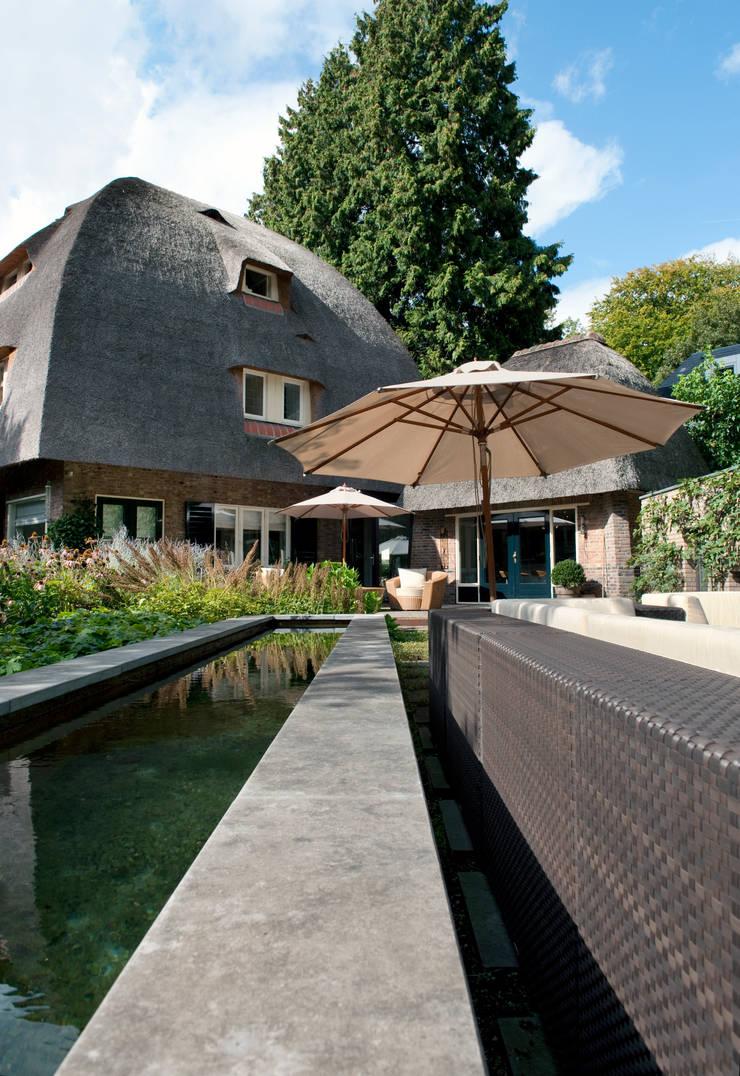 Tien jaar oude terrassentuin:  Tuin door Jaap Sterk Hoveniers, Klassiek