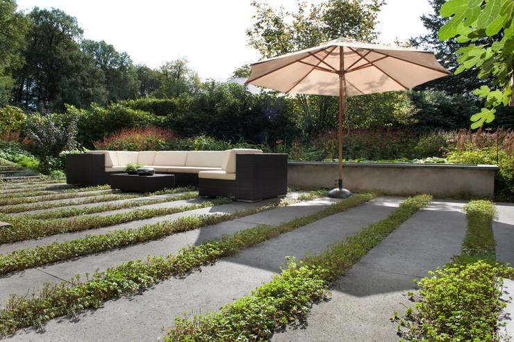 Tien jaar oude terrassentuin:  Terras door Jaap Sterk Hoveniers, Klassiek Beton