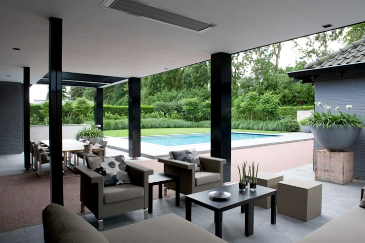 Luxe tuin met zwembad:  Terras door Jaap Sterk Hoveniers, Modern Tegels