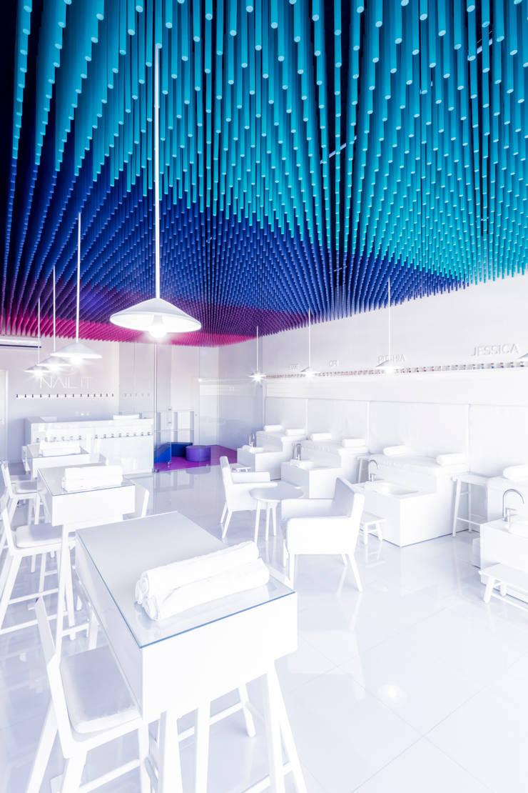 NAIL IT II: Oficinas y tiendas de estilo  por Estudio ALA, Moderno